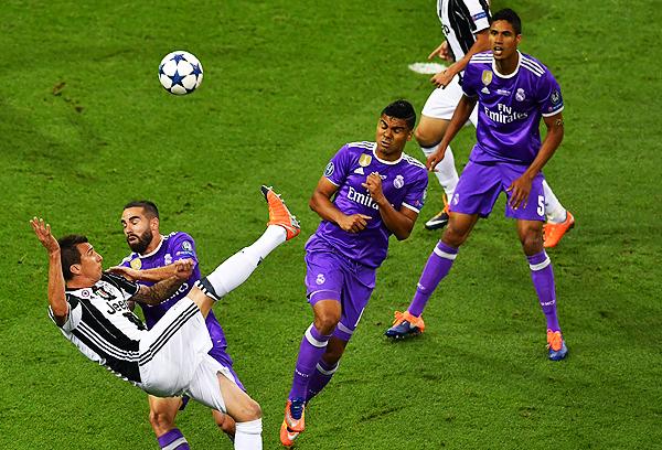 Con Dybala sin trascender, creció la presencia de Mandzukic. (Foto: AFP)