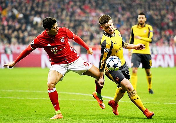 Lewandoswki ante la marca de Mustafi. El polaco fue otro de los destacados en esta gran goleada bávara. (Foto: AFP)