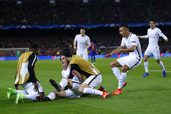 Edinson Cavani y el gol que parecía liquidar la llave de octavos a favor del PSG. (Foto: AP)