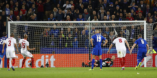 El quiebre del Sevilla de Sampaoli en la Champions: el penal errado por N'Zonzi. (Foto: Reuters)