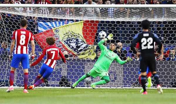 Griezmann vencía a Navas y le daba esperanzas al Atlético. Sin embargo, el arquero tendría en adelante una formidable actuación. (Foto: El País)