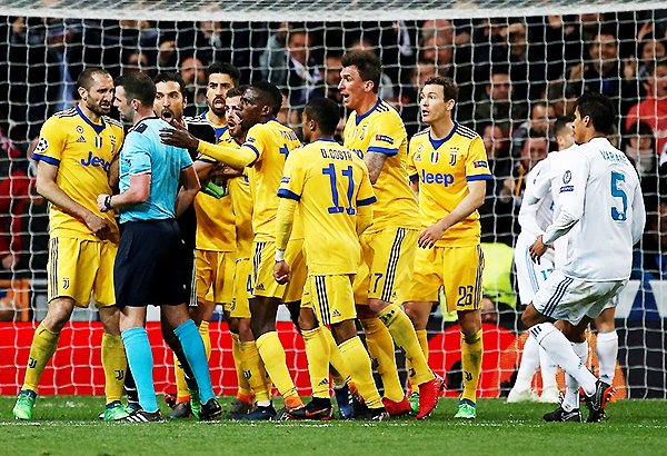 Penal para Real Madrid. Michael Oliver recibe toda clase de reclamos. (Foto: AP)