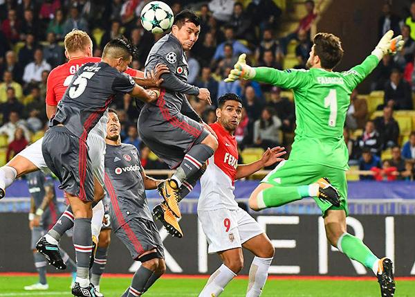 Gary Medel y Pepe ganan en el juego aéreo. El Besiktas ganó por todos lados. (Foto: AFP)