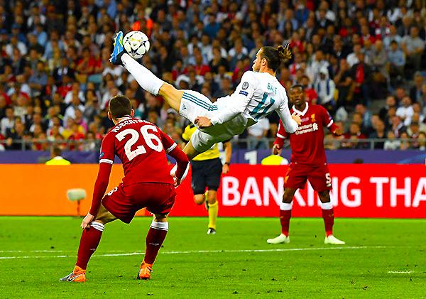 Bale ensaya la chalaca que se convirtió en el segundo gol del Real Madrid. (Foto: AFP)