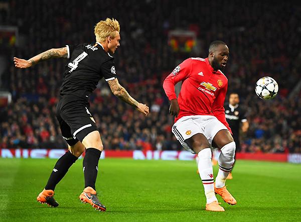 Kjaer cubre el avance de Lukaku, autor del descuento del Manchester United. (Foto: AFP)