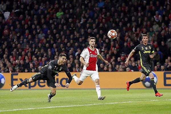 Cristiano Ronaldo conecta de cabeza ante la mirada de un Veltman incapaz de alcanzarlo. (Foto: AFP)