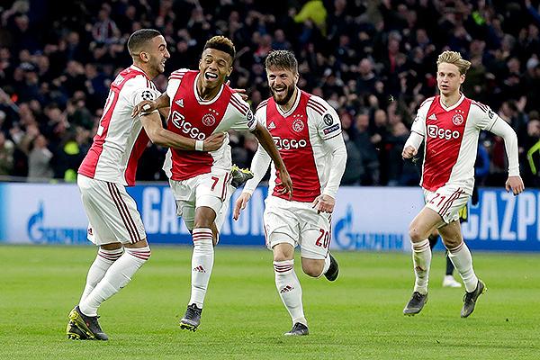 Ziyech y Schöne celebran junto a la joya del Ajax: David Neres, autor del empate en Holanda. (Foto: UEFA)
