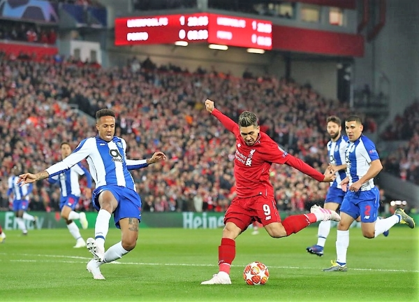 Firmino sacó así el imparable zurdazo que selló la victoria red. (Foto: Prensa Liverpool)