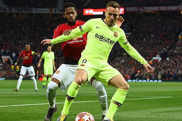 Arthur protege el balón ante Diogo Dalot. (Foto: UEFA)
