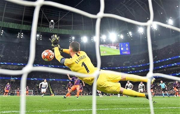 A dos manos, Lloris, el golero campeón del mundo, le tapó el penal a Agüero. (Foto: Prensa Tottenham)