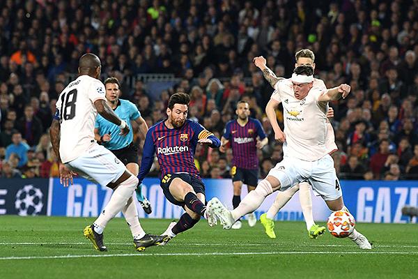 Messi define ante la tibia marca de Jones y Young. (Foto: AFP)