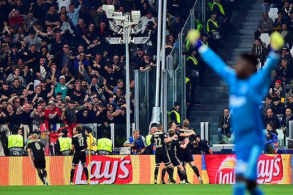 Solo una porción de hinchas en Turín acabó feliz. El Ajax celebra el segundo gol, el de la clasificación a las semifinales. (Foto: AFP)
