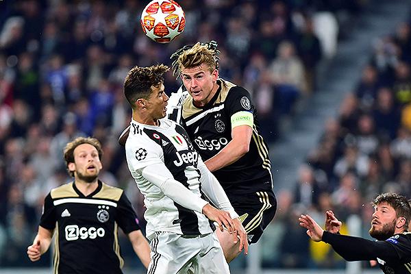 De Ligt se impone en el juego áereo a Cristiano Ronaldo. Finalmente, el capitán del Ajax sería determinante en la serie. (Foto: AFP)