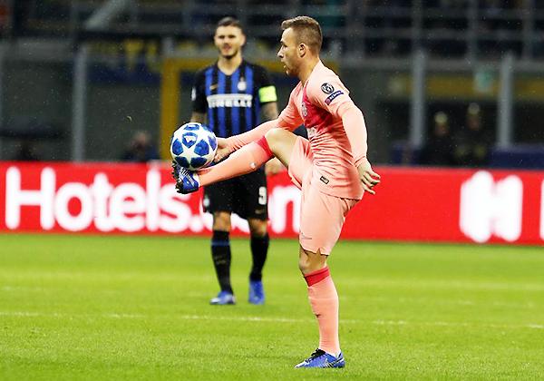Las mismas cualidades que demostró en Gremio, las plasmó en el Barcelona. Ante Inter, Arthur fue pieza clave. (Foto: AFP)