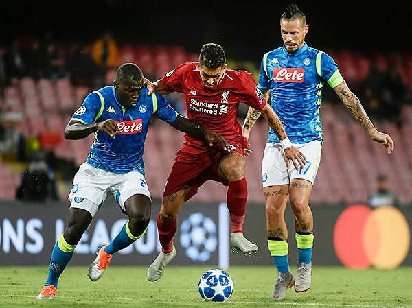 Roberto Firmino cuida el balón, pero la presión de Nápoli pudo más. (Foto: AFP)