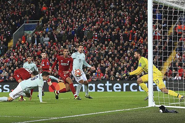 Lewandowski se enfrentó a Matip pero no estuvo del todo preciso. (Foto: UEFA)