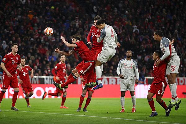 Van Dijk se eleva para establecer el gol de la clasificación del Liverpool. (Foto: UEFA)