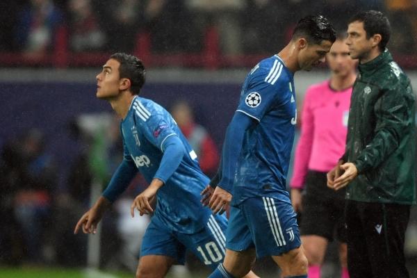 Cristiano dándole paso a Dybala antes de que la Juventus consumara su victoria a domicilio sobre el Lokomotiv. (Foto: diario Marca)