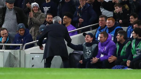La escena de Mourinho y el recogebolas cómplice para el gol de empate ante el Olympiacos ha dado la vuelta al mundo. (Foto: AFP)
