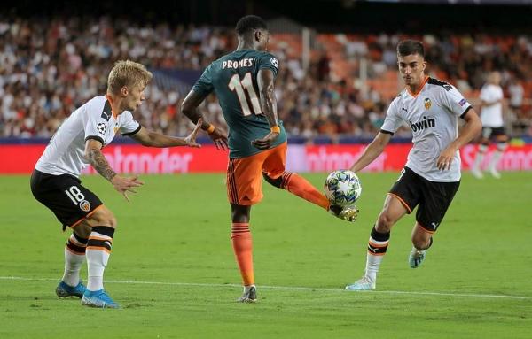 Promes se despachó con lujos y un gol que silenció Mestalla. (Foto: AFP)