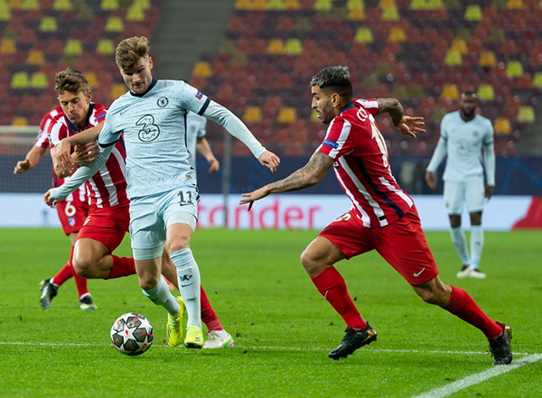 Las mudas tribunas del Arena Națională no fueron el mejor hogar para el Atlético, que lució incómodo como acá Hermoso y Correa a la marca de Werner. (Foto: UEFA)