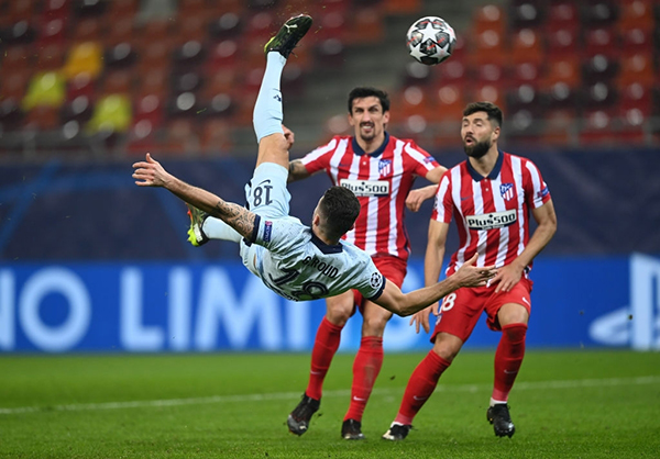 El mágico chalacón de Giroud que decoró la noche rumana para sellar la victoria blue. (Foto: Prensa Chelsea)