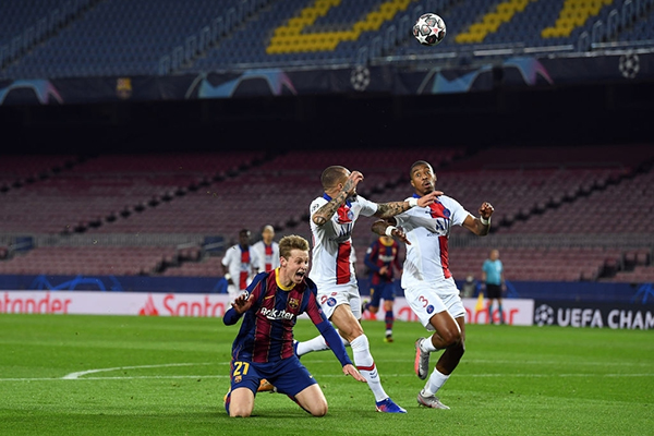 El sutil toque de Kurzawa a De Jong dejó serias dudas, pero Kuipers no temió señalar el penal que sugería un destino más feliz para el Barcelona. (Foto: AFP)