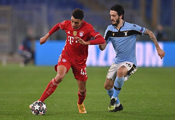 Musiala apareció para aprovechar la chance de ser titular. Aquí encara ante la marca de Luis Alberto. (Foto: UEFA)
