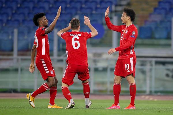 Sané se erigió en el conductor que necesitaban los bávaros. Aquí celebra su gol con Coman y Kimmich. (Foto: UEFA)