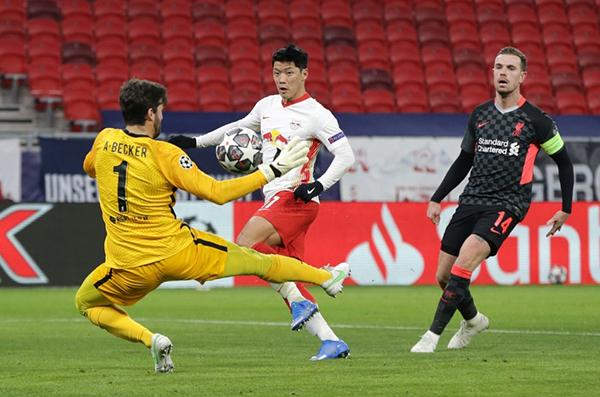 Alisson le bloquea el tiro al surcoreano Hwang Hee-chan. El RB Leipzig tuvo chances en general, pero un rapto de desconcentración le costó el partido. (Foto: AFP)