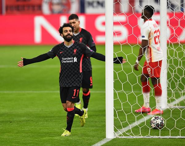 Salah celebra su tanto. De fondo, la resignación de Mukiele. (Foto: AFP)