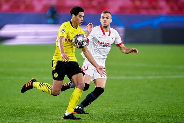 Sancho es otra de las almas del Dortmund. Aquí domina el esférico por delante de Jordán. (Foto: AFP)