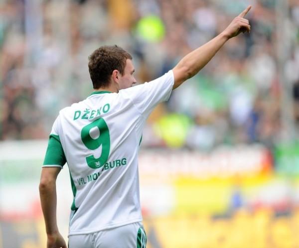 Dzeko y el brazo en alto, un gesto constante durante la Bundesliga 2009-2010 (Foto: AFP)