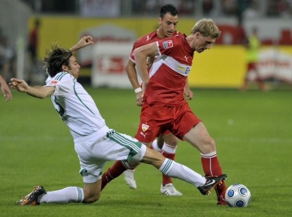 Pogrebnyak en acción ante Andrea Barzagli, del Wolfsburgo, en el partido que dio inicio a la temporada este viernes 7. El ruso no tuvo fortuna: el campeón ganó 2-0 (Foto: Reuters)