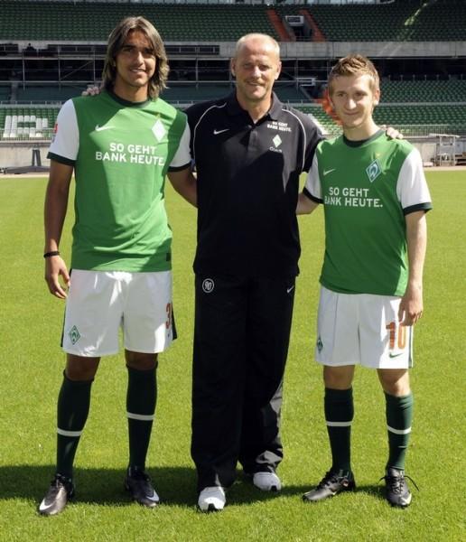Marko Marin -derecha- es una de las revelaciones del fútbol alemán. Acá posa con su nuevo compañero en Werder Bremen Marcelo Martins y el técnico Thomas Schaaf (Foto: AFP)