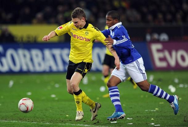 Lukasz Piszczek, quien en la imagen disputa el balón con Jefferson Farfán, fue la revelación del torneo. El polaco se adueñó con creces de la banda derecha del campeón Borussia Dortmund (Foto: AFP)