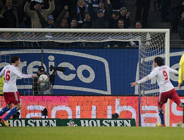 KRIEGER. Con un tanto de Paolo Guerrero y otro de Marcell Jansen, Hamburgo ganó como local a Hoffenheim. (AP)