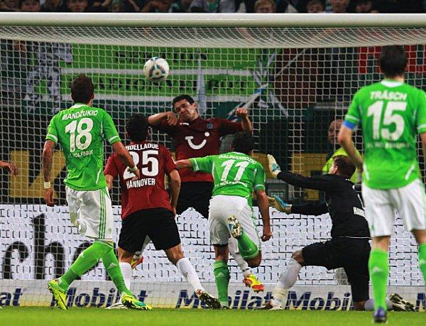 ASADOS. Con dos tantos del bosnio Hasan Salihamidzic, uno del brasileño Chris y otro de Alexander Madlung, Wolfsburg venció por goleada a Hannover. (AP)