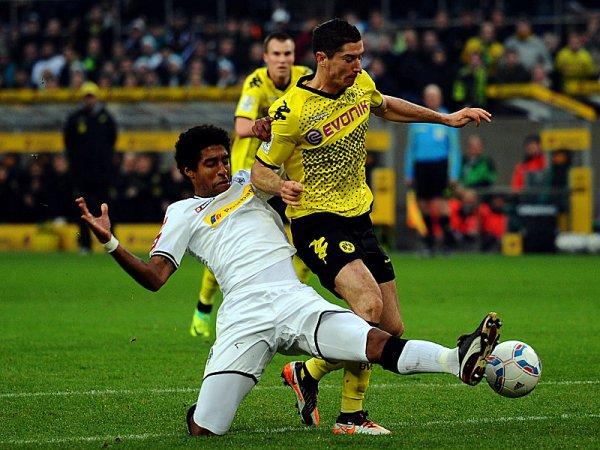 SI ES DE BORUSSIA. Monchengladbach y Dortmund empataron a uno. Ambos compartìan la punta, ahora Bayern es dueña de ella. (Foto: AP)