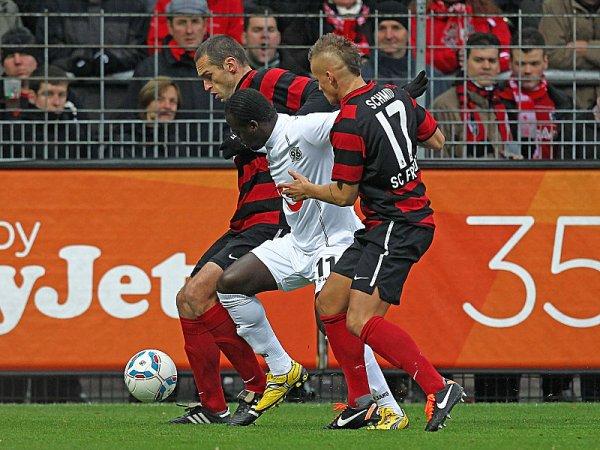 UNO, UNO. A pesar del autogol con el que comenzó ganando Hannover, Friburgo pudo empatar el partido con tanto de Papiss Cissé. (Foto: AP)