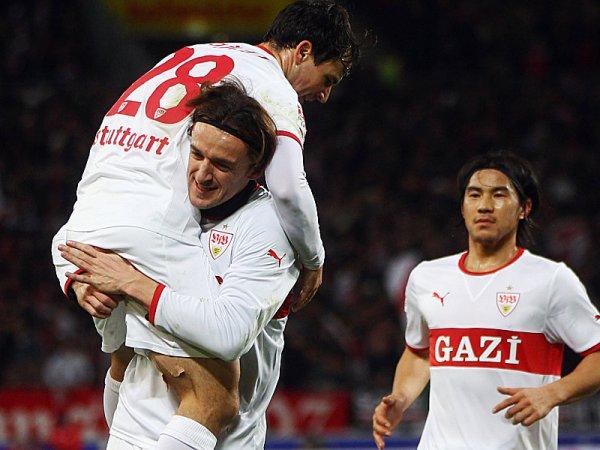 EN LO ALTO. Con dos tantos de Christian Gentner, Stuttgart pudo llevarse una victoria tras voltear el encuentro, pero Lukas Podolski empató el encuentro sobre el fianl. (Foto: AP)
