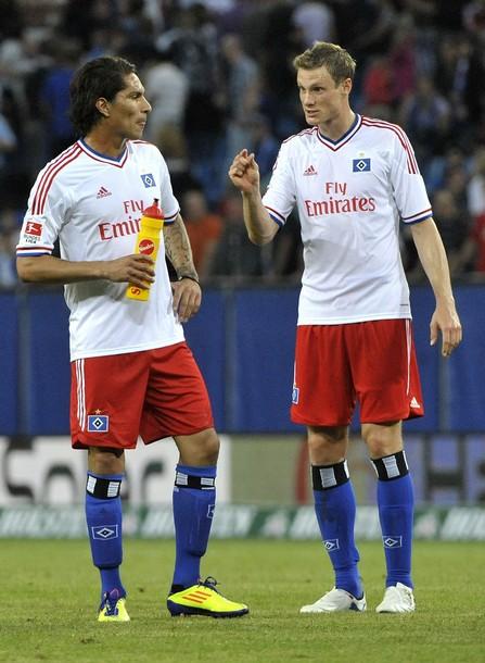 Paolo Guerrero y Marcell Jansen, los hombres más importantes y experimentados del Hamburgo versión 2011/2012 (Foto: Reuters)