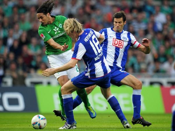 DESPEGÓ EL CONQUISTADOR. Claudio Pizarro fue el héroe de la jornada para el Weder Bremen, pues anotó los dos tantos del triunfo. (Foto: AP )