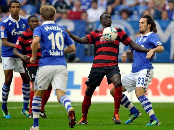 ABRE LA FOCA. Jefferson Farfán abrió la victoria holgada para Schalke sobre Freiburg. La 'Foquita' sigue deleitando a los hinchas azules. (Foto: AP )