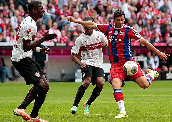 Claudio Pizarro sumó otro título a su historia en Bayern, sellando la campaña del campeón con un gol suyo ante Stuttgart (Foto: bundesliga.com)