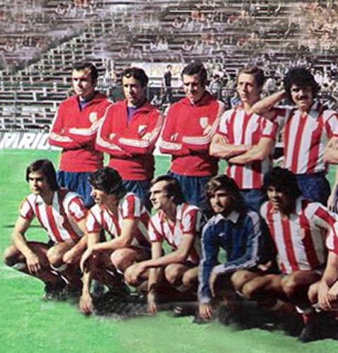 Luis Aragonés (al centro de los parados) con algunos integrantes del plantel del Atlético de Madrid que dirigió en la Copa de Campeones de Europa en 1977-1978 (Foto: colchonero.com)