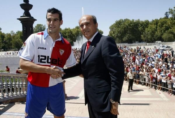 Negredo fue presentado en Sevilla con gran pompa por el presidente Del Nido (Foto: Reuters)