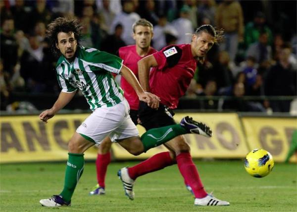 FUERA DE CIRCULACIÓN. Con poco fútbol y mucha traba, Betis y Málaga no pasaron del cero. (Foto: AP)