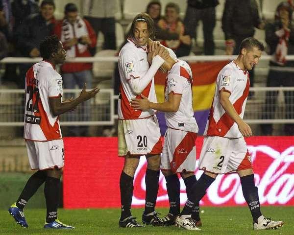 COMO UN RAYO. Rayo Vallecano no tuvo piedad y con un juego muy ofensivo goleó a Real Sociedad. (Foto: AP)