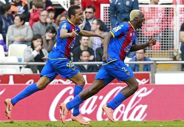 Arouna Koné y sus goles a lo largo de la temporada levantaron a un equipo que no suele ser protagonista hasta llevarlo a la zona europea (Foto: AP)